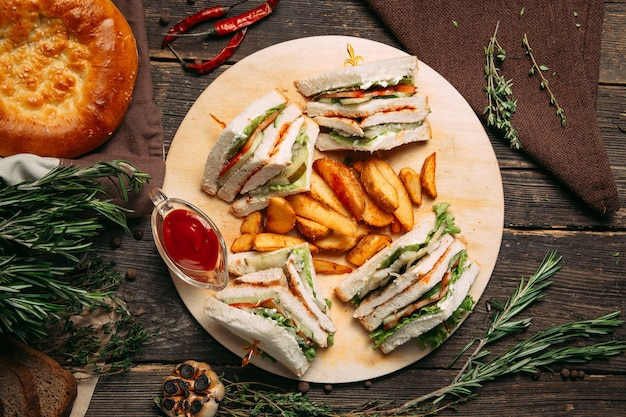 Sanduíches com molho vermelho e fatias de batata rústica
