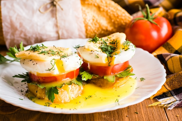 Sanduíches com ovo escalfado, tomate, salsa e queijo