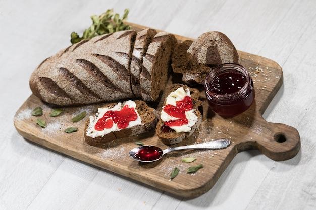 Sanduíches com pão, manteiga e geléia