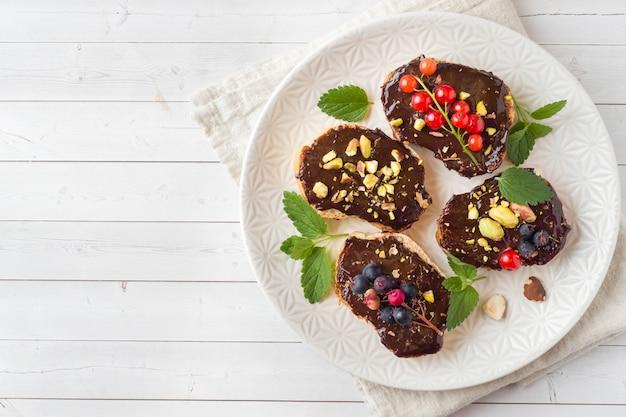 Sanduíches com pasta de chocolate, pistache e nozes