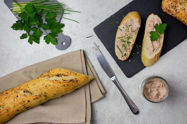 Sanduíches com patê de carne e baguete, bruschettas de carne, vista de cima
