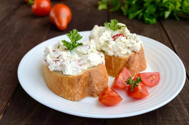 Sanduíches com patê de queijo e tomate