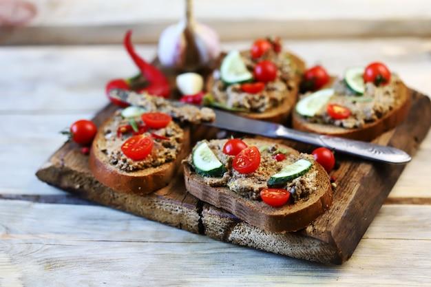 Sanduíches com patê e tomate cereja.