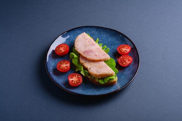 Sanduíches com peru, salada verde e tomate cereja fresco
