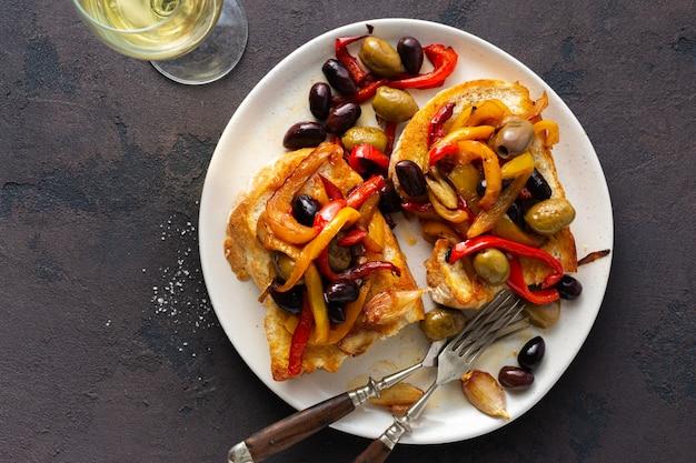 Sanduíches com pimenta, azeitonas e alho