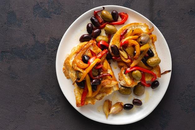 Sanduíches com pimentos grelhados, azeitonas e alho