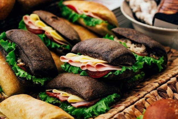 Sanduíches com presunto e queijo em pão preto e branco