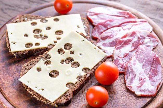 Sanduíches com presunto e queijo