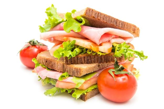 Sanduíches com presunto, salada e tomate