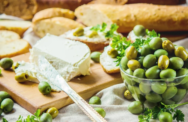 Sanduíches com queijo e azeitonas. foco seletivo.