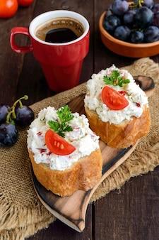 Sanduíches com queijo e tomate