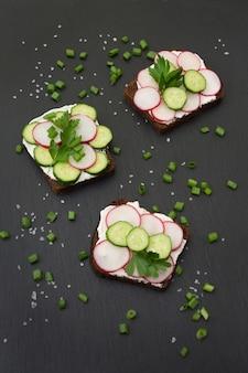 Sanduíches com rabanete, pepino em um pão de centeio.