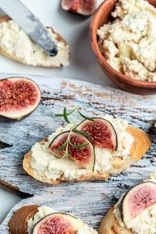 Sanduíches com ricota, figos, delicioso aperitivo, aperitivo ideal. vista do topo