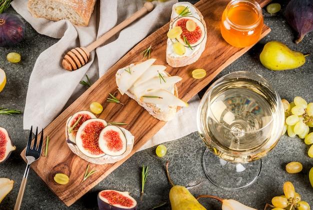 Sanduíches com ricota ou creme de queijo, ciabatta, frutas frescas, nozes e mel