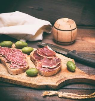 Sanduíches com salame e hamon
