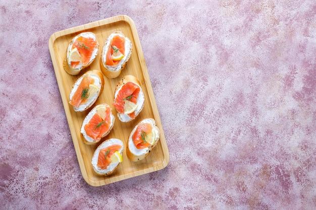 Sanduíches com salmão defumado, cream cheese e endro.