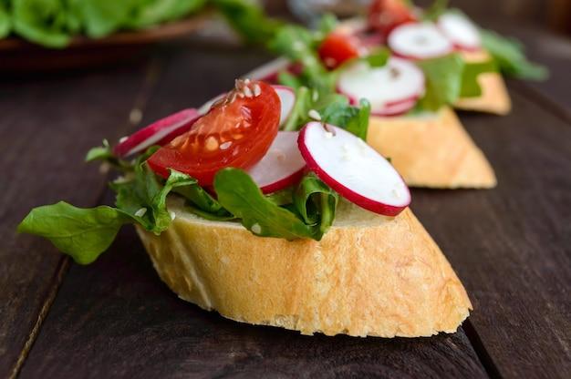 Sanduíches com vegetais e rúcula