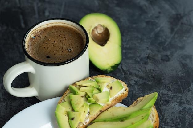 Sanduíches de abacate café da manhã e uma xícara de café