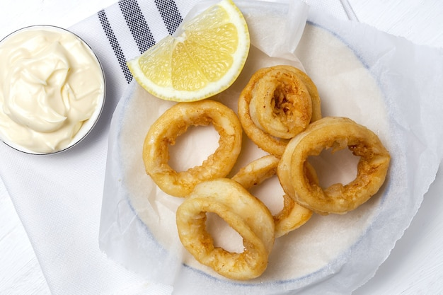 Sanduíches de anéis de lula com molho de maionese e limão. comida típica espanhola. bocadillo de calamares. comida típica espanhola