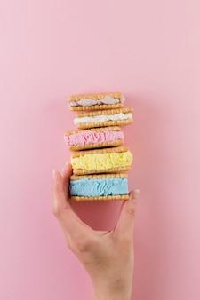 Sanduíches de biscoito de sorvete colorido