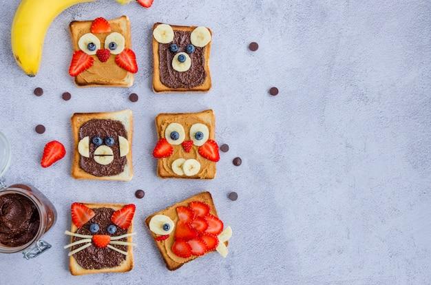 Sanduíches de cara engraçada saudável para crianças. brinde de rostos de animais