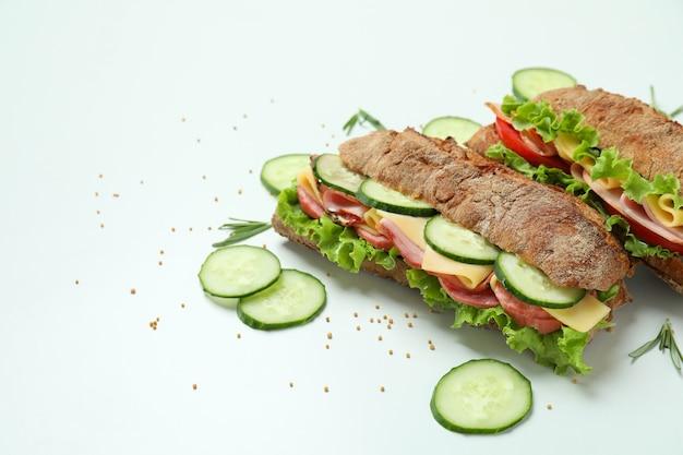 Sanduíches de ciabatta e ingredientes em fundo branco