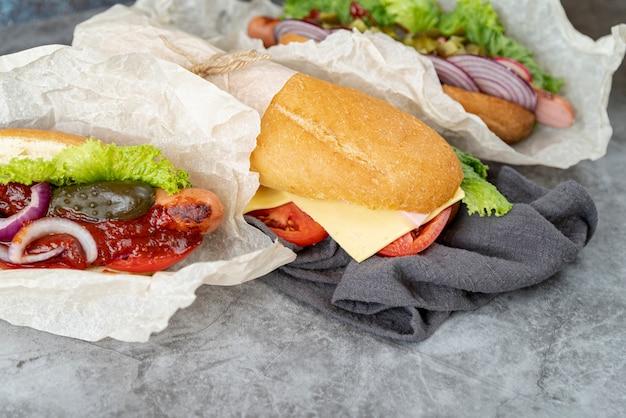 Sanduíches de close-up em uma toalha