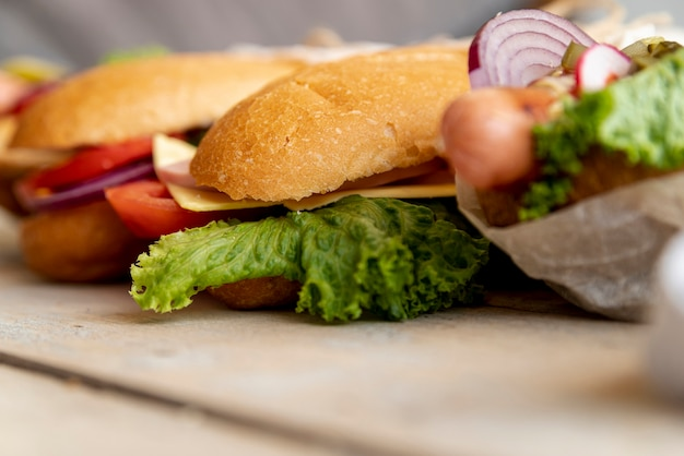 Sanduíches de close-up na mesa