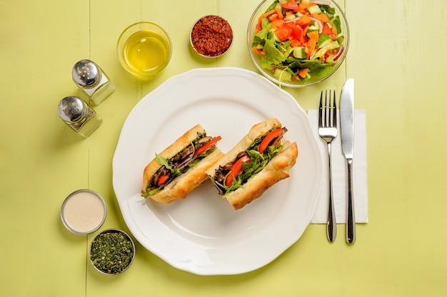 Sanduíches de cogumelos vegetarianos com tomates, ervas e salada. conceito de alimentação saudável