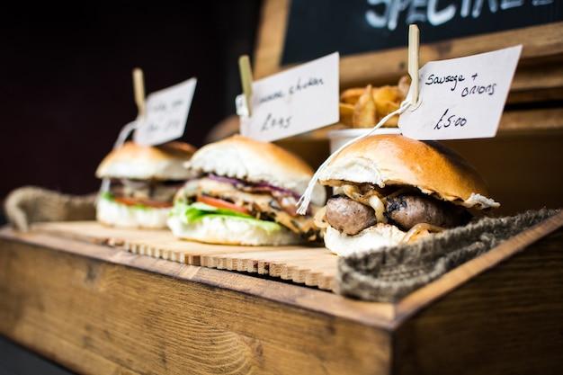 Sanduíches de comida de rua com salsichas