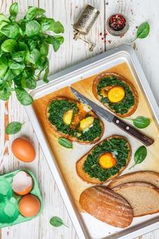 Sanduíches de espinafre e ovo assados