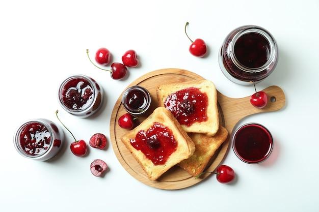 Sanduíches de geléia de cereja e ingredientes no fundo branco