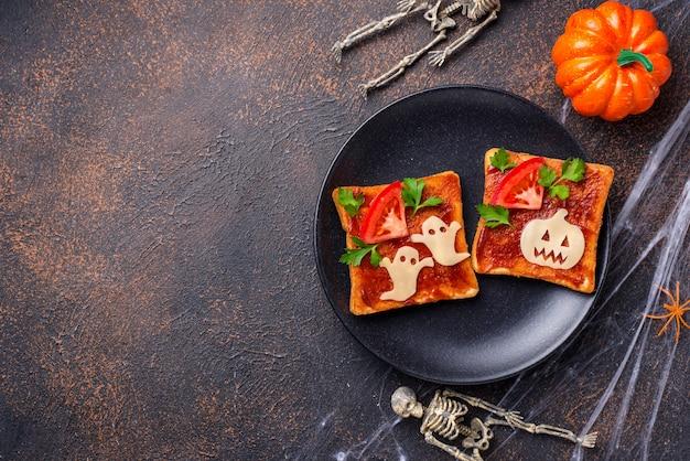 Sanduíches de halloween brindando com fantasma e abóbora