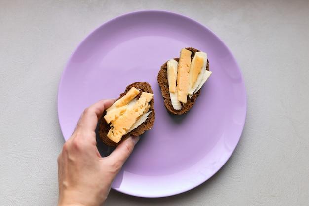Sanduíches de manhã com café. pão com queijo e manteiga.