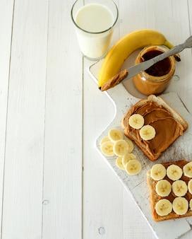 Sanduíches de manteiga de amendoim com banana