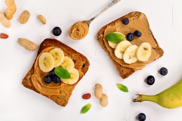 Sanduíches de manteiga de amendoim na mesa da cozinha branca