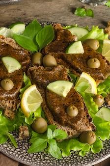 Sanduíches de noz crua e patê de algas com salada e ervas, em forma de peixe