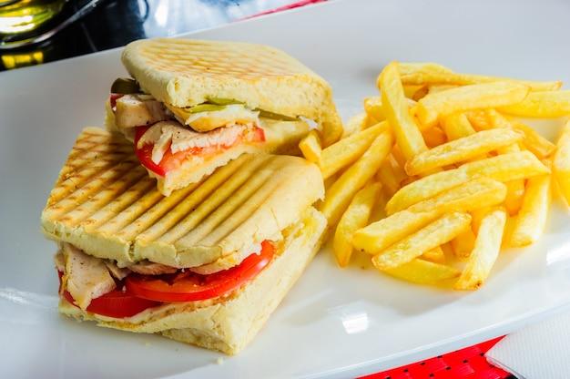 Sanduíches de panini vegetarianos saudáveis com batatas fritas.