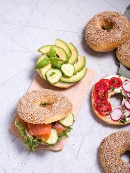 Sanduíches de pão com abacate, salmão, ovo e legumes, lanche saudável, vista superior, brunch ou café da manhã
