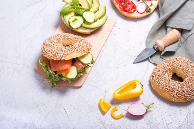 Sanduíches de pão com abacate, salmão, ovo e legumes, lanche saudável, vista superior, copie o espaço