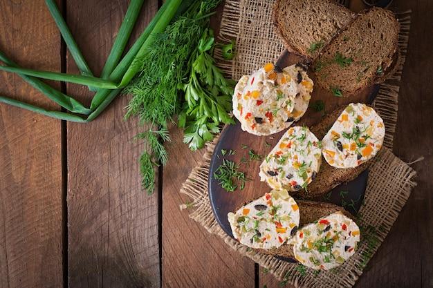 Sanduíches de pão de carne de frango com legumes.