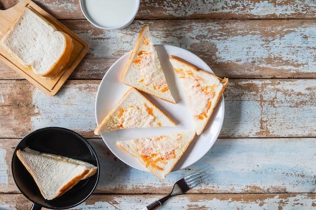 Sanduíches de pão na mesa