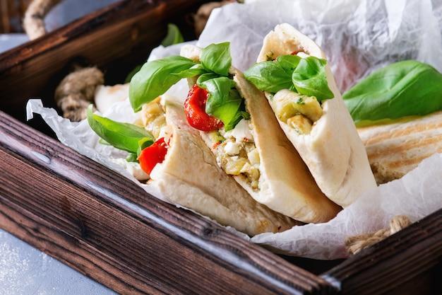 Sanduíches de pão pita com legumes