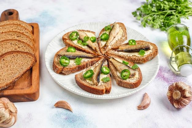 Sanduíches de peixe com espadilha.