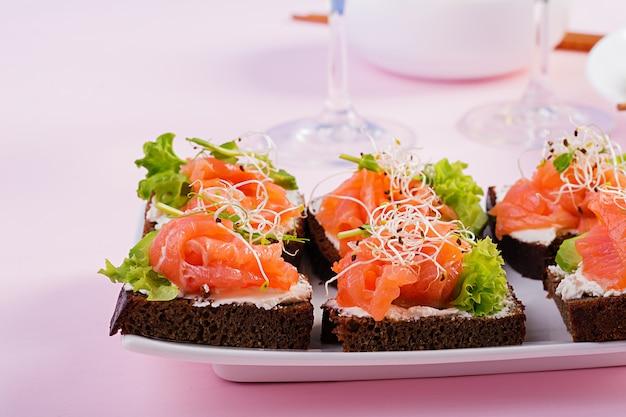 Sanduíches de salmão com cream cheese e microgreen
