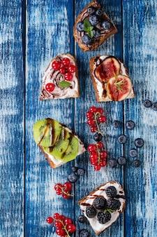 Sanduíches de sobremesa com frutas