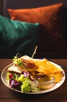 Sanduíches de tacos de comida mexicana em uma mesa em um bar.