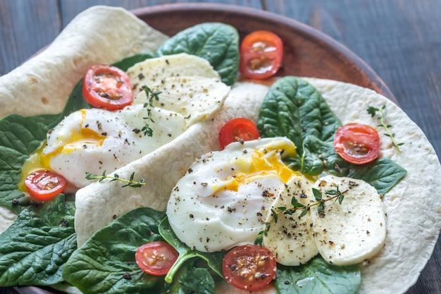 Sanduíches de tortilha com ovos escalfados