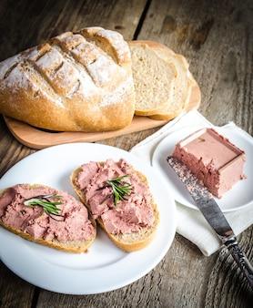 Sanduíches de trigo integral com patê de fígado