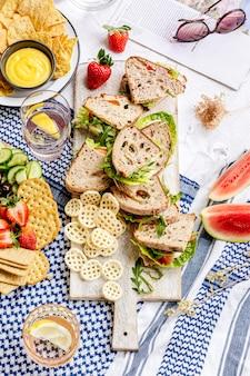 Sanduíches de trigo integral em uma tábua de cortar